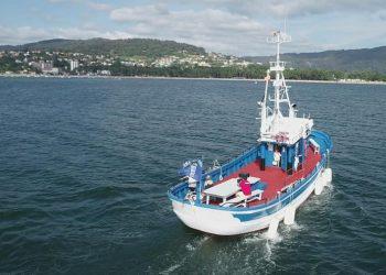Barco que realiza las rutas por la ría de Ares
