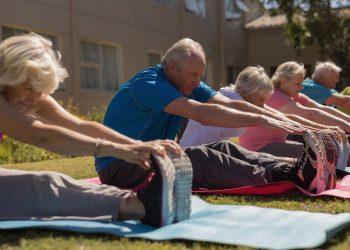 Un grupo de personas mayores hace actividades de envejecimiento activo