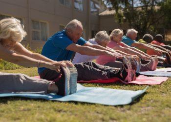 Un grupo de personas mayores realizan ejercicio