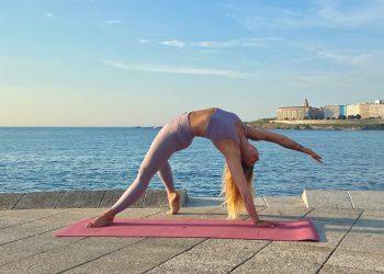 Cristina Irisarri hace yoga en A Coruña con ropa de Oysho | CEDIDA