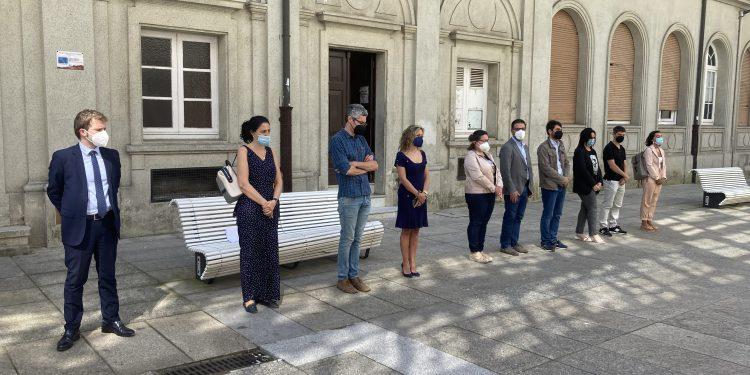 Los representantes municipales de Ferrol durante el minuto de silencio de este mediodía