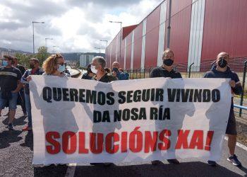 Protesta de los mariscadores de la ría ante la falta de almeja en los bancos de la comarca