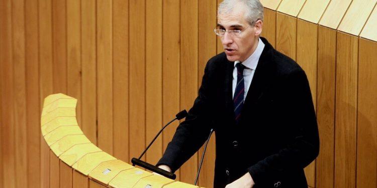 El conselleiro de Economía, Francisco Conde, en el pleno