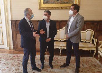 Los alcaldes de Santiago y Oroso, Xosé Sánchez Bugallo y Luis Rey, junto al diputado provincial de Economía, Antonio Leira