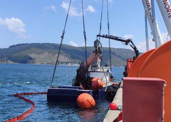 El cerquero tras ser refloado por dos grúas en Caneliñas   E.P.