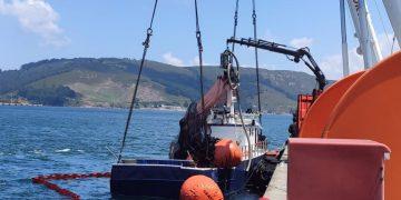 El cerquero tras ser refloado por dos grúas en Caneliñas | E.P.