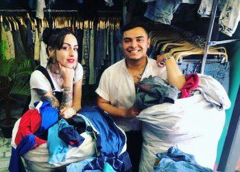 La gerente de Flamingos, Laura, y el dependiente, Cristofer, reciben sacos de ropa | CEDIDA