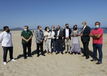 El conselleiro de Sanidade, junto a miembros d ela Corporación Municipal en la playa de A Frouxeira.