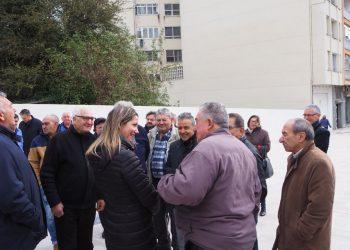 Lara Méndez con los vecinos de la avenida de A Coruña