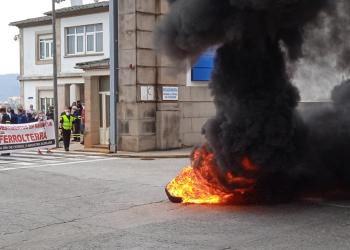 La protesta se realizó a las puertas del astillero con la quema de neumáticos | CCOO
