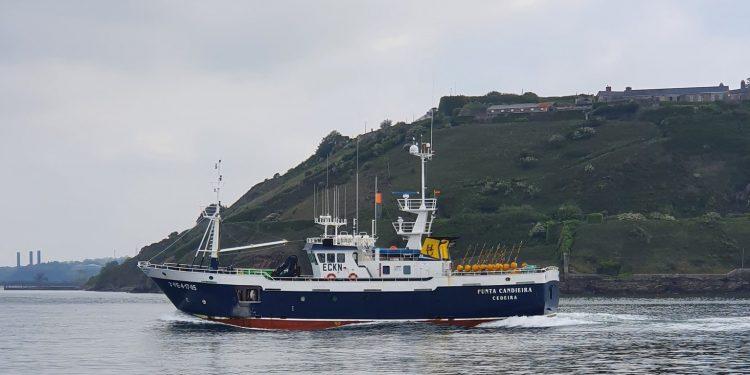 """El pesquero """"Punta Candieira"""" en la bahía de Cork tras ser interceptado por la Marina irlandesa"""
