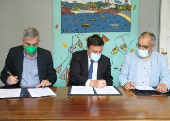 El presidente de la Diputación de A Coruña, Valentín González Formoso, y el alcalde de Ames, Blas García, firman el convenio | DIPUTACIÓN DE A CORUÑA