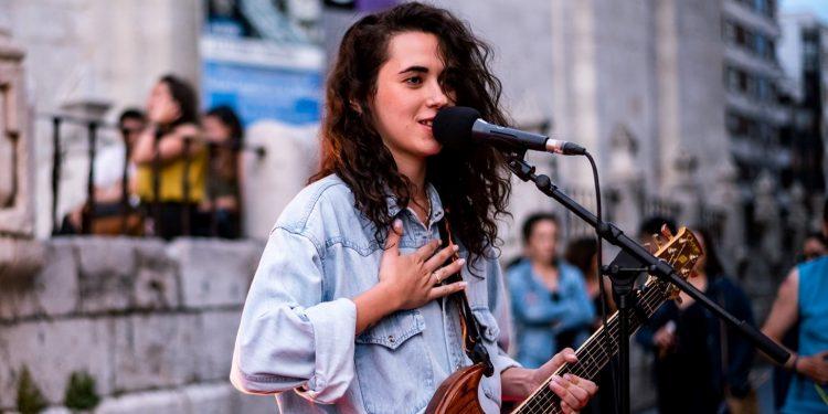 La cantante Alice Wonder en un concierto   VIBRA MAHOU