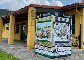 Cubo con las obras de Calros Silvar e Cristian F. Caruncho situado junto al albergue de peregrinos de Neda