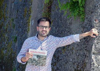 El historiador ferrolano Francisco Leira, en la muralla del antiguo cementerio de Canido, donde fueron fusilados decenas de represaliados por el franquismo