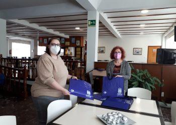 La concejala de Bienestar Social, Catalina García, entrega bolsas reutilizables | AYUNTAMIENTO DE NARÓN
