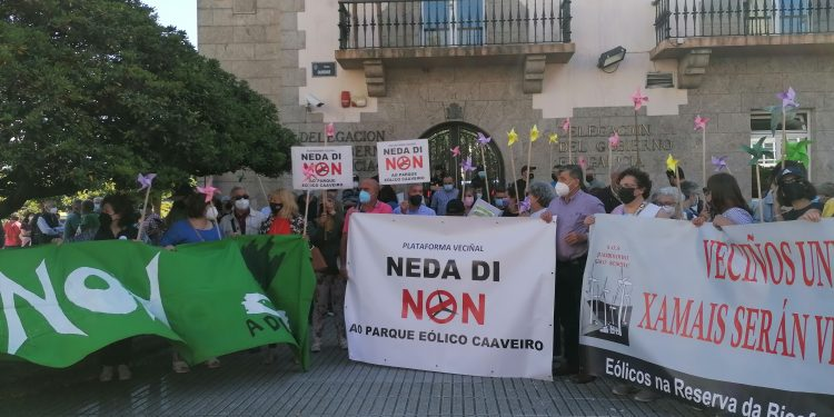 Más de 200 personas claman en A Coruña contra los parques eólicos