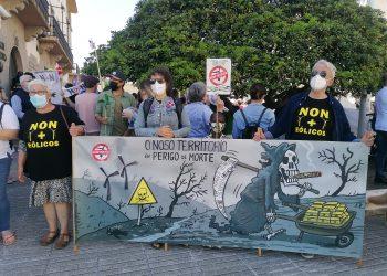 Participantes en la concentración contra los eólicos muestran una pancarta