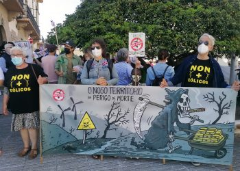 Protestas frente a la delegación del Gobierno en A Coruña contra el parque eólico de Caaveiro