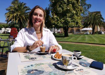 La concejala de Turismo Elena López con manteles ecosostenibles   CONCELLO DE AS PONTES