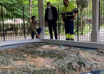 Lara Méndez en el recién recuperado mapa de la península ibérica, en el parque Rosalía de Castro.
