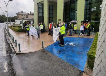 Protesta ante el consistorio de As Somozas contra la cantera
