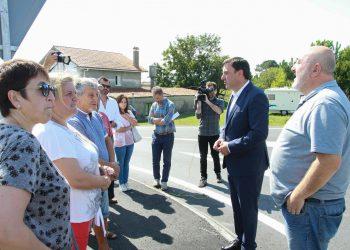El presidente de la Diputación, Valentín González Formoso, en una visita a Ares junto al alcalde, Julio Ignacio Iglesias