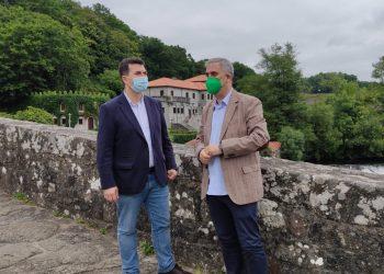 El secretario general del PSdeG, Gonzalo Caballero, junto al alcalde de Ames, Blas García, en Ponte Maceira | EP