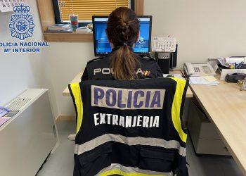 Una agente de Extranjería trabaja en la investigación | POLICÍA NACIONAL