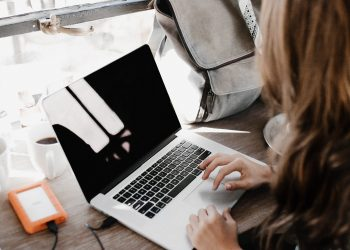 Imagen de archivo de una joven usando un ordenador