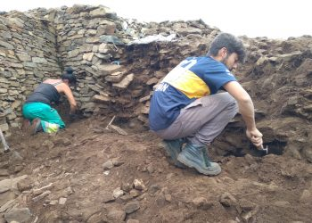 El equipo dirigido por Emilio Ramil, trabajando en el castro cedeirés