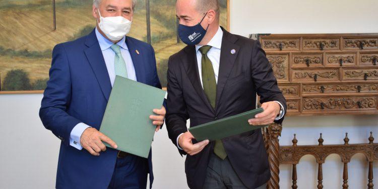 El presidente de la Diputación de Lugo, José Tomé, y el secretario de la Fundación Campus Universitario de Lugo, Jaime Luis López, firman un acuerdo |  DIPUTACIÓN DE LUGO