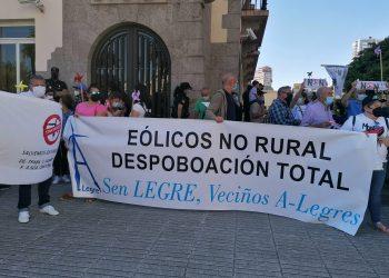 Un grupo de personas protesta contra los eólicos