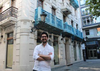 Alberto, con la casa Cabanela al fondo.