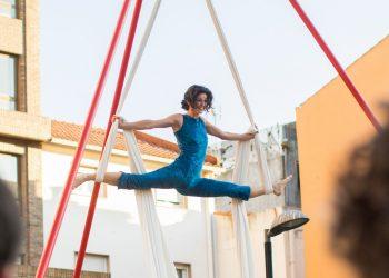 Una artista realiza acrobacias en C'est pas possible | SEMPRE ARRIBA