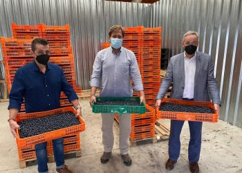 Los responsables de la empresa con el director general de Ganadería, Agricultura e Industrias Agroalimentarias