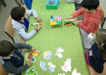 Un grupo de niños hace actividades en una escuela   CONCELLO DE CABANAS
