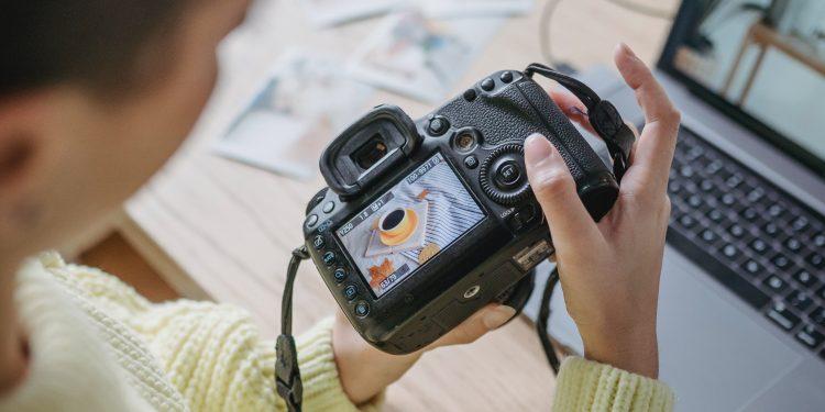 Imagen de archivo de una mujer con una cámara de fotos