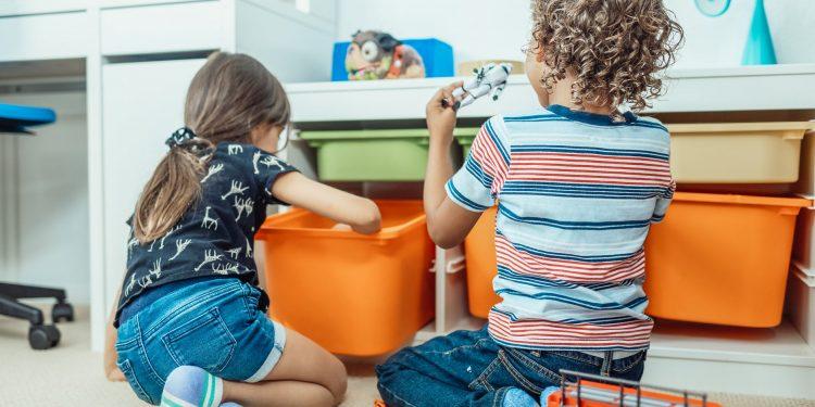 Imagen de archivo de dos niños en una escuela infantil