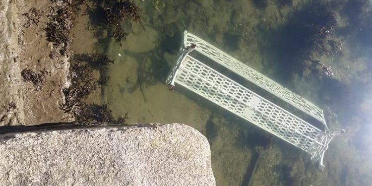 Imagen de un banco arrojado al fondo del río en Cedeira   CONCELLO DE CEDEIRA