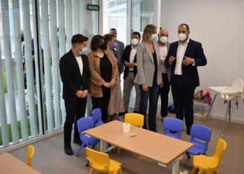 El alcalde de Pontedeume, Bernardo Fernández, y la conselleira de Política Social, Fabiola García, inauguran 'Chalé Rosa' | CONCELLO DE PONTEDEUME
