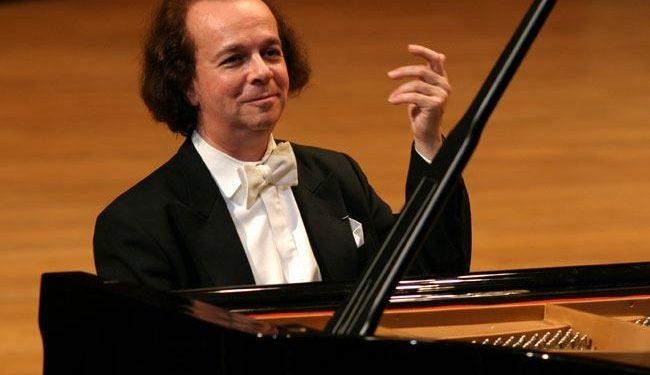 Imagen del pianista Cyprien Katsaris