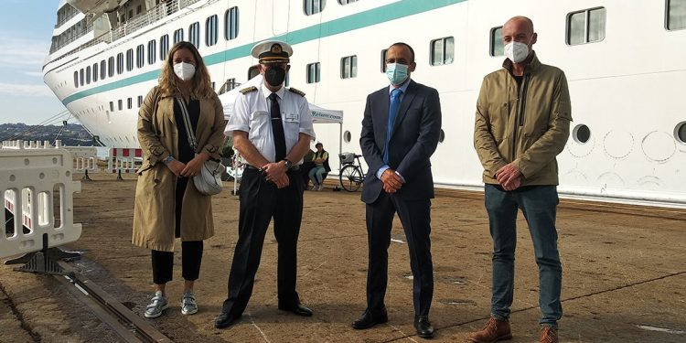 El presidente de la Autoridad Portuaria de Ferrol-San Cibrao, Francisco Barea, visita al capitán del Artania   AUTORIDAD PORTUARIA