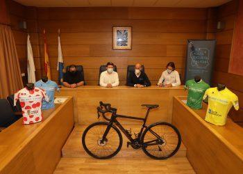 El alcalde de Cariño, José Miguel Alonso; el presidente de la Federación Galega de Ciclismo, Juan Carlos Muñiz; el edil Jonathan Miranda y Jacobo Ucha, director de la prueba, presentan la cita deportiva | CONCELLO DE CARIÑO