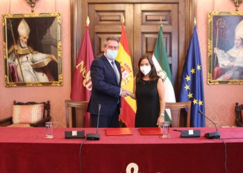 La alcaldesa, Inés Rey y el alcalde de la capital hispalense, Juan Espadas, firman un acuerdo de colaboración para promover el intercambio de experiencias entre ambas ciudades
