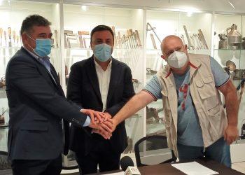 Juan Penabad, Valentín González y Alfredo Dovale durante la firma del convenio esta mañana en As Pontes