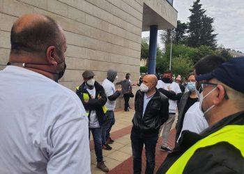 El diputado en el Congreso, Néstor Rego, en Narón al pie del ayuntamiento con representantes sindicales