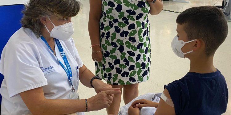 Un menor recibe su vacuna en Ferrol | ÁREA SANITARIA DE FERROL