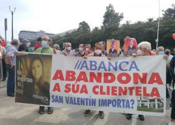 Vecinos de San Valentín (Fene) protestan en A Coruña contra el cierre de la sucursal de Abanca