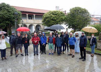 Los peregrinos británicos durante su visita al  Convento de San Agustín, en Pontedeume